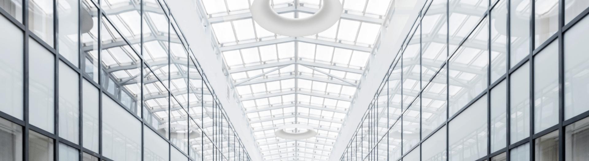 A CASA CON STILE. Trasparenze cristalline: come utilizzare il vetro per dar lustro a pareti, porte e pavimenti