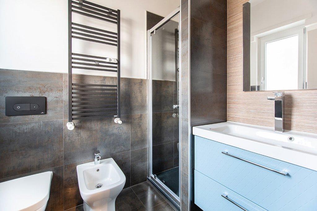 Termosifoni da arredamento in bagno moderno con lavabo e pezzi | FacileRistrutturare