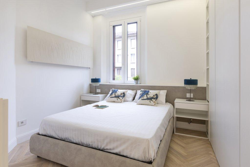La camera da letto con testiera in cartongesso per un comodo piano d'appoggio