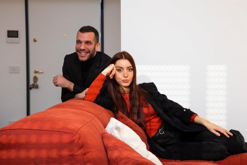 Alberto Vanin e Camihawke nell'appartamento appena ristrutturato a Monza