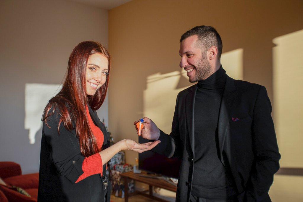 La consegna delle chiavi del suo appartamento appena ristrutturato a Camihawke