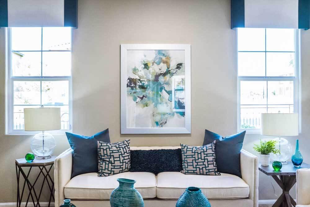 Donare splendore al salotto con la sovrapposizione e l'accostamento di tanti colori diversi al Classic Blue