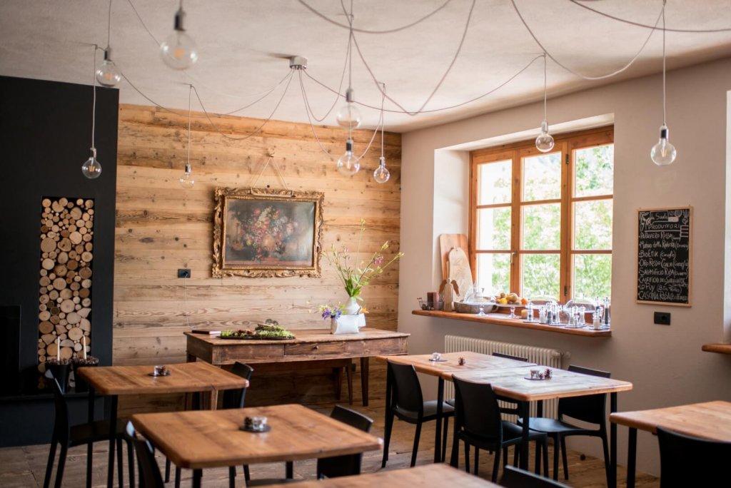 idee per decorare casa autunno, legno, locale accogliente, tavoli e sedie