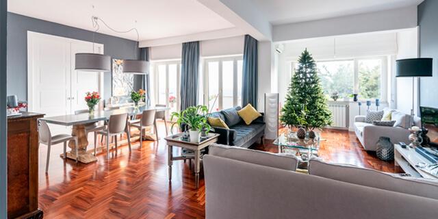 Soggiorno a vetrate luminoso con albero di Natale